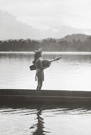 Lautenspielender Dayak auf dem Kayan-Fluss, Nordost-Borneo. Foto: Wolfgang Leupold um 1923