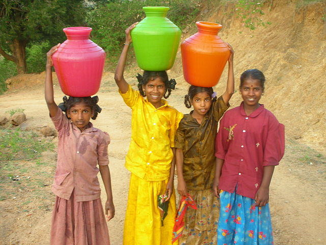 Four girls carrying water in India. Foto: Tom Maisey 2006